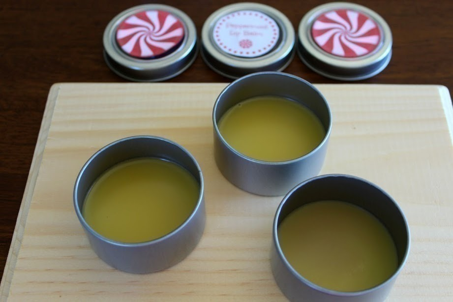 This homemade peppermint lip balm is SO easy to make and perfect to give as gifts for teachers, family and friends! #Peppermint | #DIY | #EssentialOils