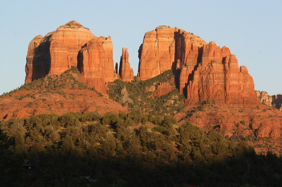 Sedona is one of the most gorgeous places in Arizona to visit ~ located on the way up to Flagstaff, it's surrounded by red rock buttes, canyons, and incredibly gorgeous rock formations amidst pine forests and desert wilderness.